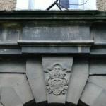 berb i napis na zabudowaniach przy pałacu